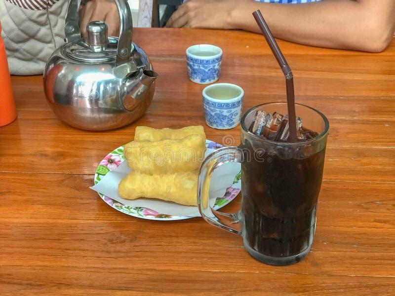 Μαύρος καφές πάγου και τσιγαρισμένο ραβδί ζύμης στοκ εικόνα με δικαίωμα ελεύθερης χρήσης
