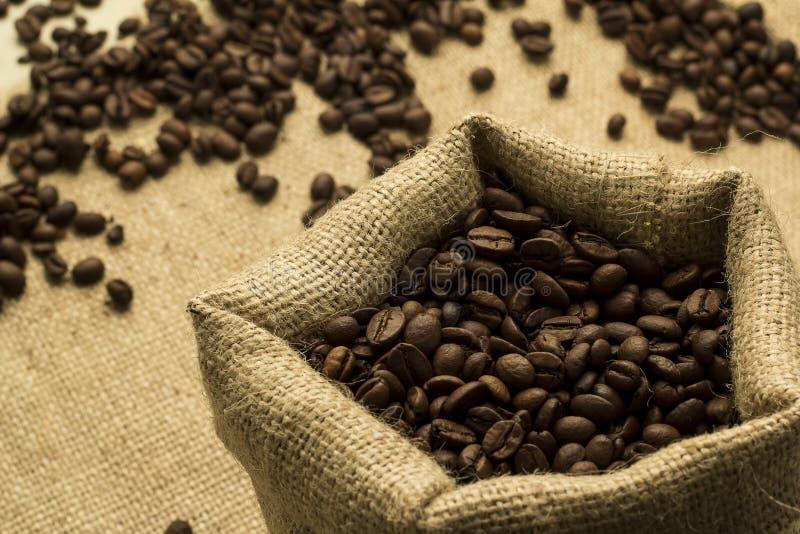 Μαύρος καφές στην τσάντα από την απόλυση στοκ εικόνα με δικαίωμα ελεύθερης χρήσης