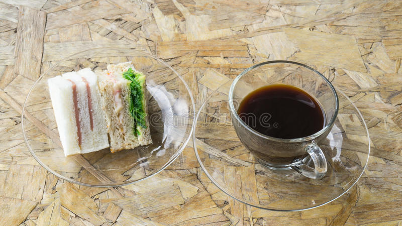 Μαύρος καφές στον ξύλινο πίνακα με το sanwich στοκ φωτογραφία με δικαίωμα ελεύθερης χρήσης