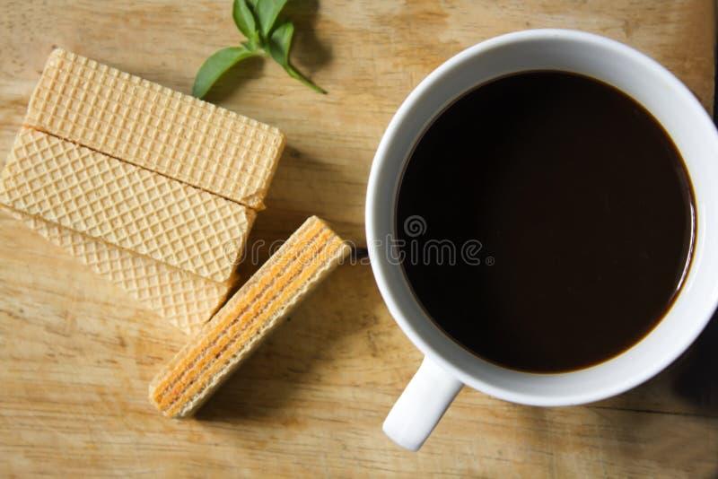 Μαύρος καφές στο άσπρες γυαλί και την γκοφρέτα στοκ φωτογραφία