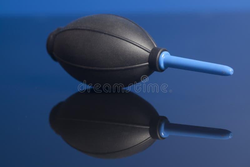 Μαύρος λαστιχένιος καθαριστής σκόνης αντλιών ανεμιστήρων αέρα στοκ εικόνα με δικαίωμα ελεύθερης χρήσης