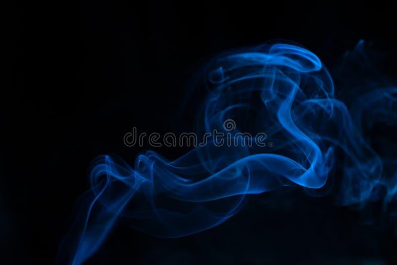 μαύρος μπλε καπνός ανασκόπησης στοκ φωτογραφίες