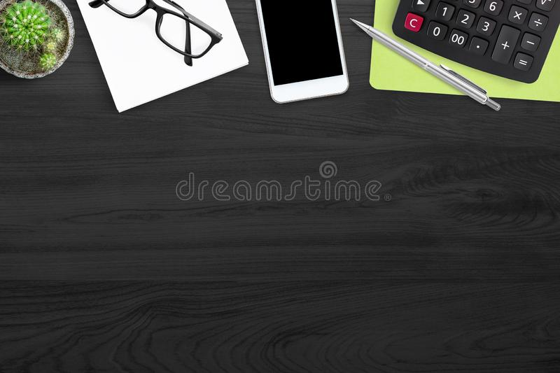 Μαύρος ξύλινος πίνακας γραφείων γραφείων με τον υπολογιστή και τις προμήθειες, επιχειρησιακή έννοια Η τοπ άποψη με το διάστημα αν στοκ φωτογραφίες