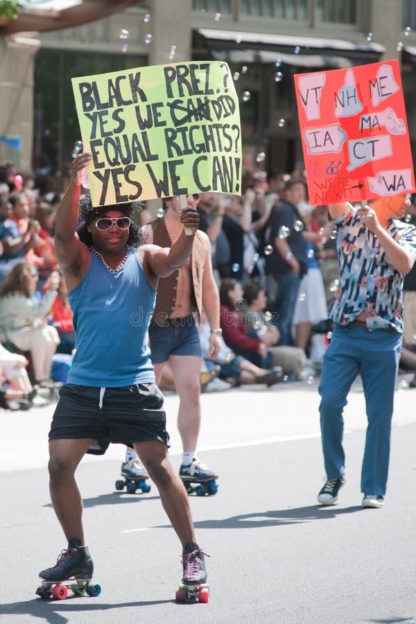 μαύρος ομοφυλοφιλικός υποστηρικτής του Σιάτλ υπερηφάνειας παρελάσεων στοκ εικόνες με δικαίωμα ελεύθερης χρήσης