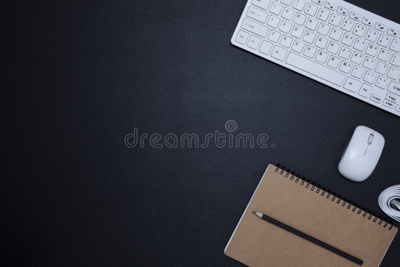 Μαύρος πίνακας γραφείων δέρματος γραφείων με τις προμήθειες σημειωματάριων και γραφείων, τοπ άποψη με το διάστημα αντιγράφων για  στοκ εικόνες με δικαίωμα ελεύθερης χρήσης