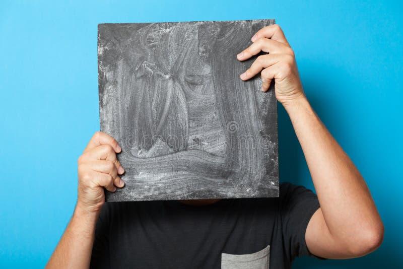 Μαύρος πίνακας κιμωλίας στα χέρια, επιτροπή καρτών σημαδιών, επιχειρησιακός πίνακας για τη διαφήμιση στοκ φωτογραφία με δικαίωμα ελεύθερης χρήσης