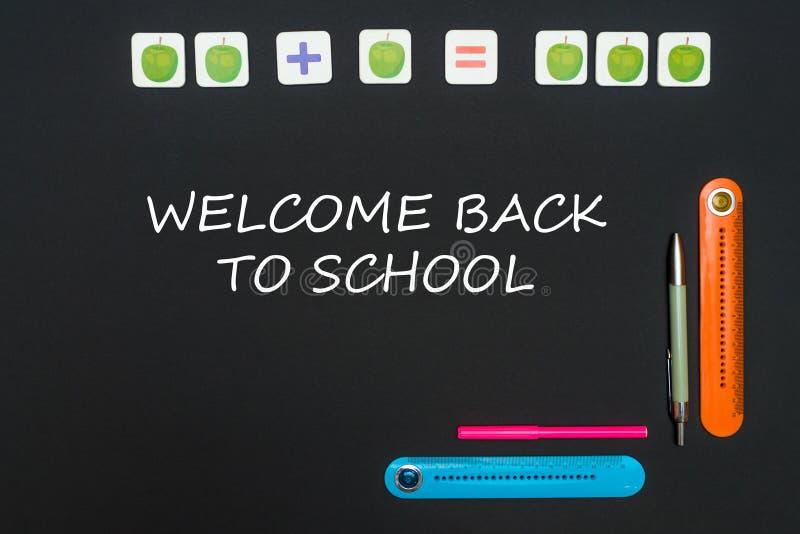 Μαύρος πίνακας τέχνης με τις προμήθειες χαρτικών με την υποδοχή κειμένων πίσω στο σχολείο στον πίνακα στοκ φωτογραφία με δικαίωμα ελεύθερης χρήσης