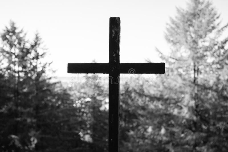 Μαύρος σταυρός στο δάσος στοκ φωτογραφίες