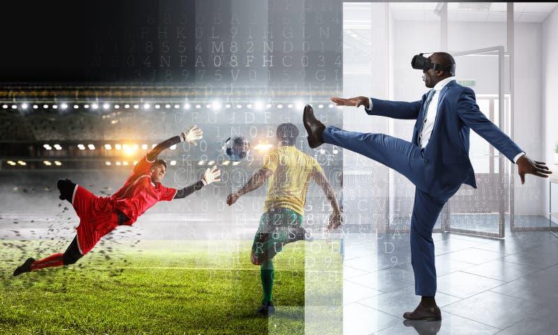 Μαύρος στον αγώνα ποδοσφαίρου εικονικής πραγματικότητας στοκ φωτογραφίες με δικαίωμα ελεύθερης χρήσης
