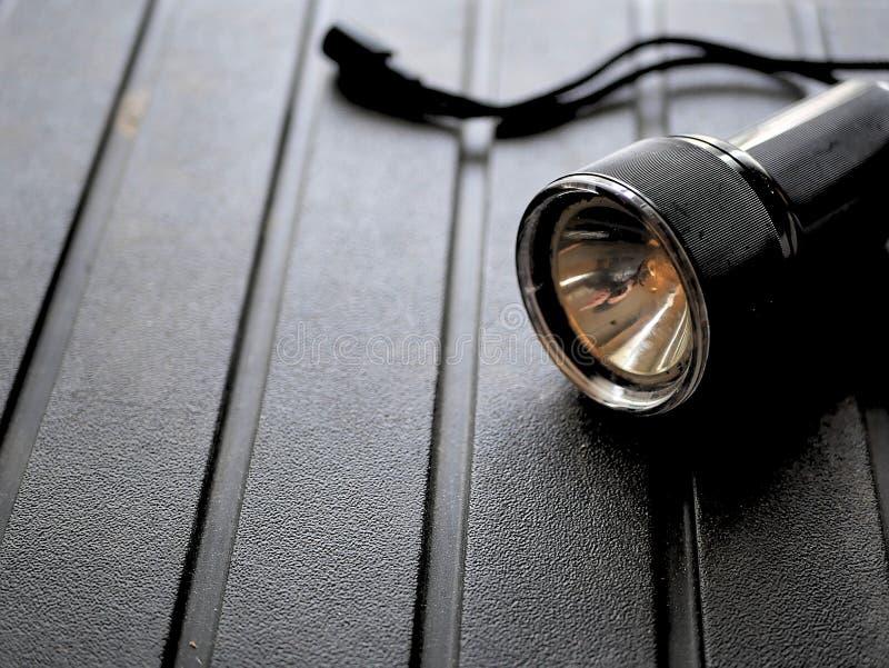 Μαύρος φακός στο τραχύ υπόβαθρο στοκ φωτογραφία