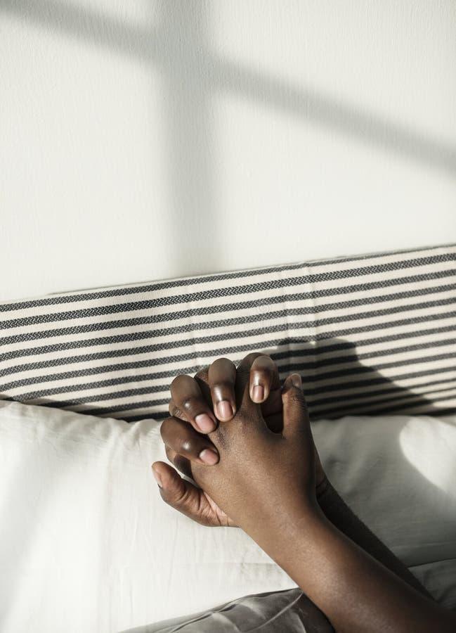 Μαύρος ύπνος ζευγών που κρατά μαζί τα χέρια στοκ εικόνες