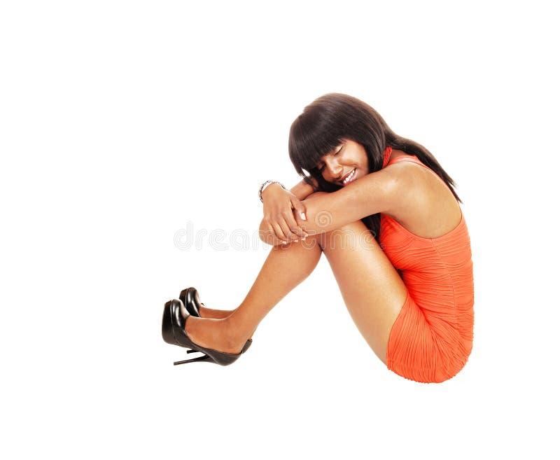 Μαύρος ύπνος κοριτσιών στο πάτωμα. στοκ εικόνα
