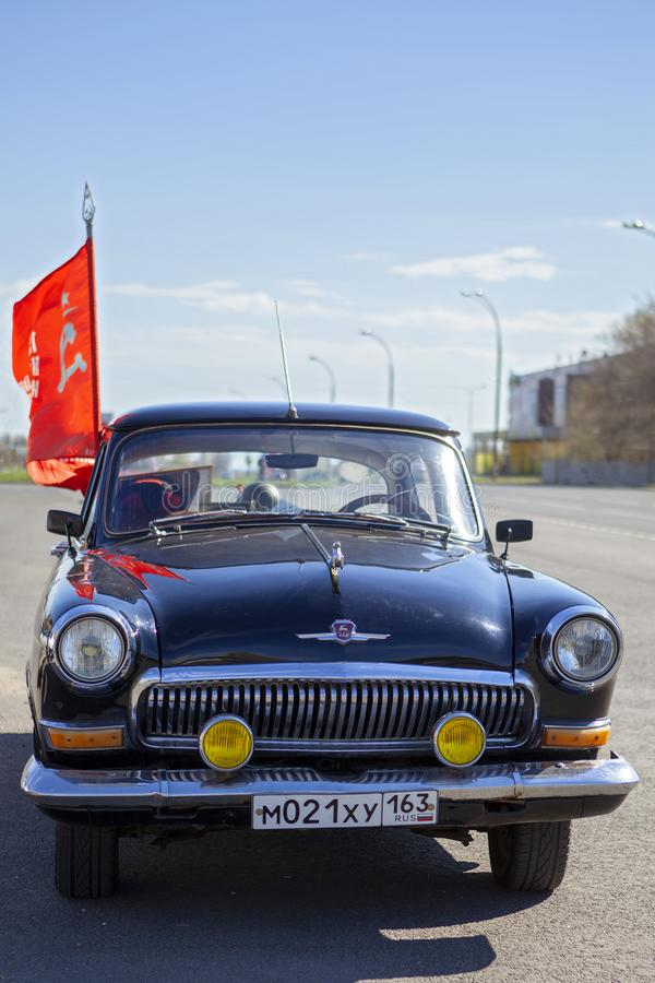 Μαύρο αέριο 21 αυτοκινήτων Βόλγας με τη σημαία της νίκης Η ημέρα νίκης είναι στις 9 Μαΐου 2018 στοκ εικόνα