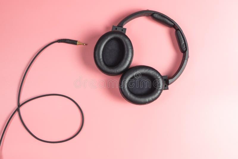 Μαύρο αποσυνδεμένο ακουστικό στούντιο στο ροζ στοκ εικόνες με δικαίωμα ελεύθερης χρήσης