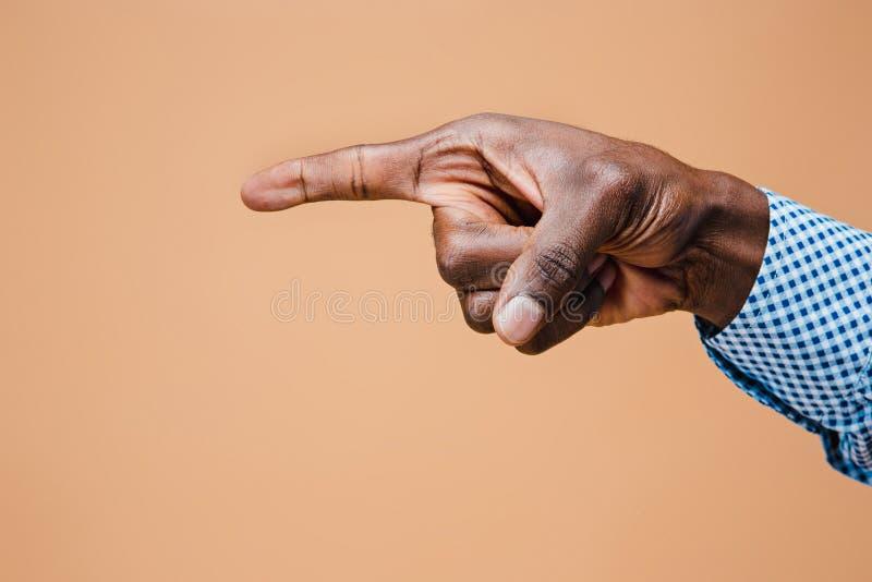 Μαύρο αρσενικό δάχτυλο σημείου χεριών Χειρονομίες χεριών - άτομο που δείχνει στο εικονικό αντικείμενο στοκ φωτογραφίες με δικαίωμα ελεύθερης χρήσης
