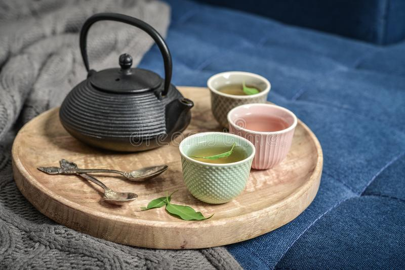 Μαύρο ασιατικό τσάι σιδήρου που τίθεται στον ξύλινο δίσκο στοκ εικόνα