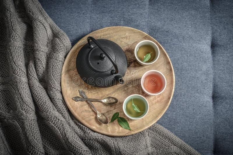 Μαύρο ασιατικό τσάι σιδήρου που τίθεται στον ξύλινο δίσκο στοκ εικόνες με δικαίωμα ελεύθερης χρήσης