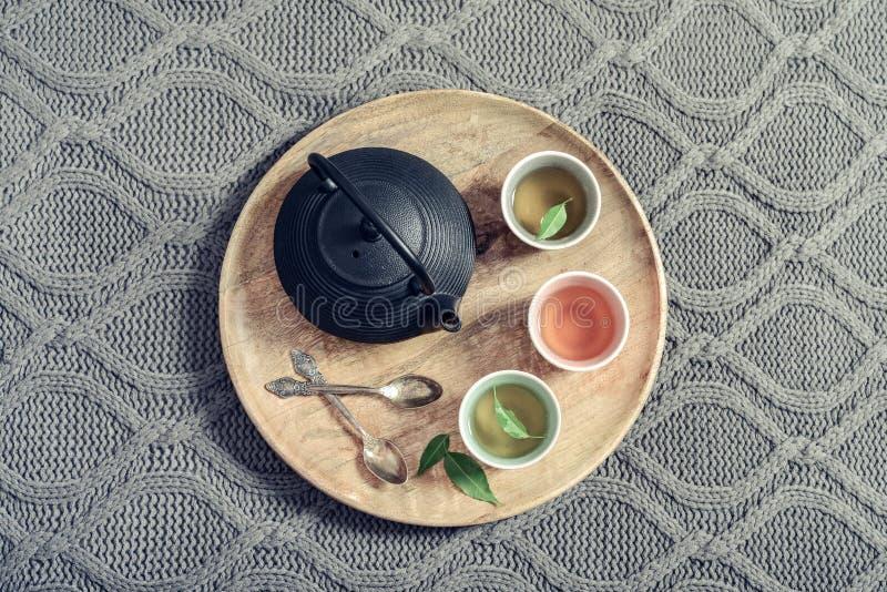 Μαύρο ασιατικό τσάι σιδήρου που τίθεται στον ξύλινο δίσκο στοκ φωτογραφίες με δικαίωμα ελεύθερης χρήσης