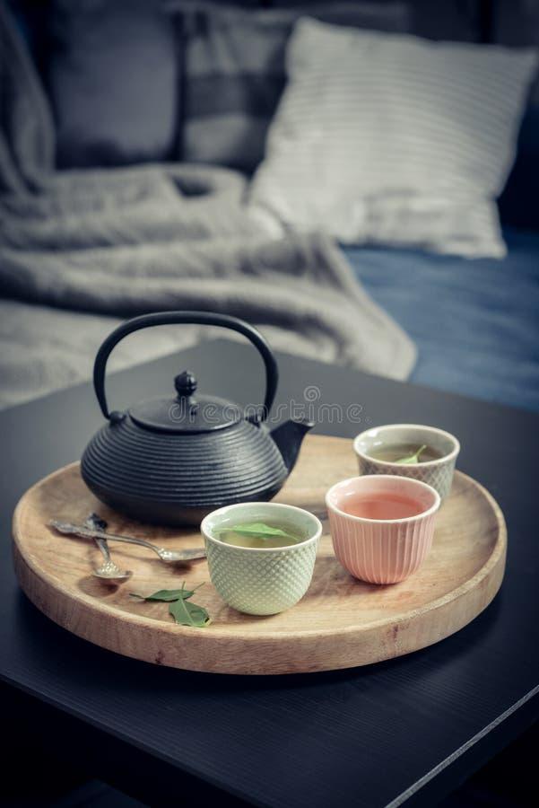 Μαύρο ασιατικό τσάι σιδήρου που τίθεται στον ξύλινο δίσκο στοκ φωτογραφία