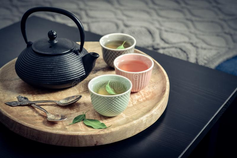 Μαύρο ασιατικό τσάι σιδήρου που τίθεται στον ξύλινο δίσκο στοκ εικόνες