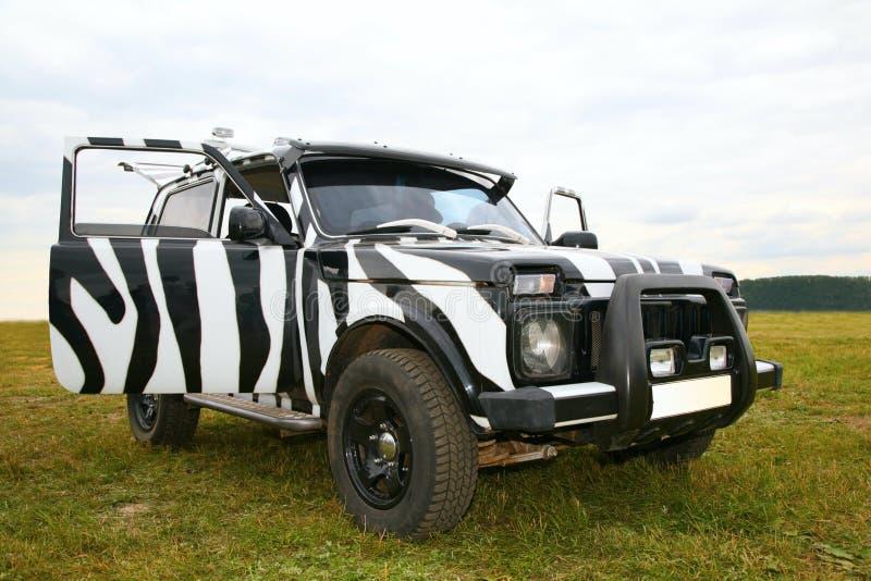 μαύρο αυτοκίνητο από το οδικό λευκό στοκ εικόνες