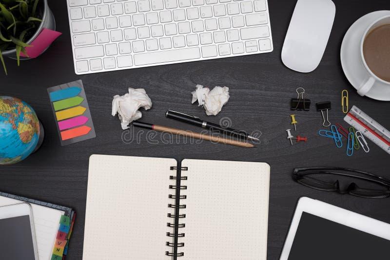 Μαύρο επιτραπέζιο γραφείο γραφείων με τις προμήθειες και τον υπολογιστή στοκ εικόνες