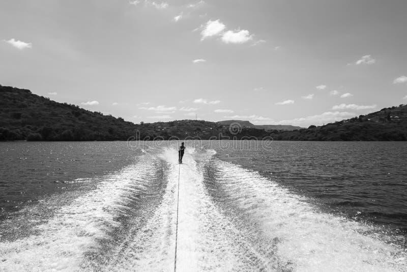 Μαύρο λευκό εφήβων θαλάσσιου σκι στοκ εικόνα με δικαίωμα ελεύθερης χρήσης