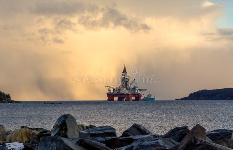 μαύρο λευκό σκίτσων πλατφορμών άντλησης πετρελαίου ανασκόπησης στοκ φωτογραφία