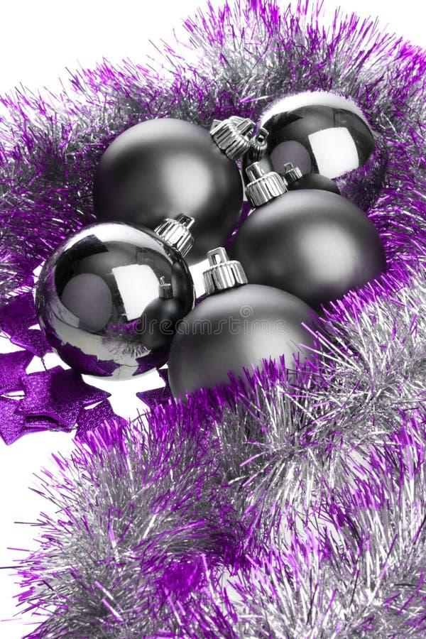 μαύρο ιώδες tinsel σφαιρών στοκ εικόνα με δικαίωμα ελεύθερης χρήσης