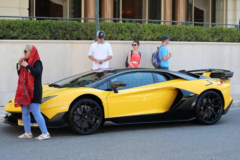 Μαύρο και κίτρινο Lamborghini SVJ - πλάγια όψη στοκ εικόνα με δικαίωμα ελεύθερης χρήσης