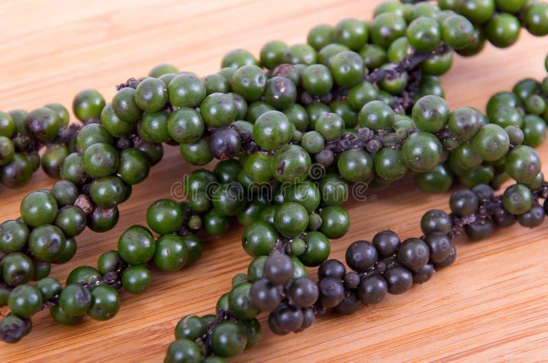 Μαύρο και πράσινο peppercorn στοκ εικόνες