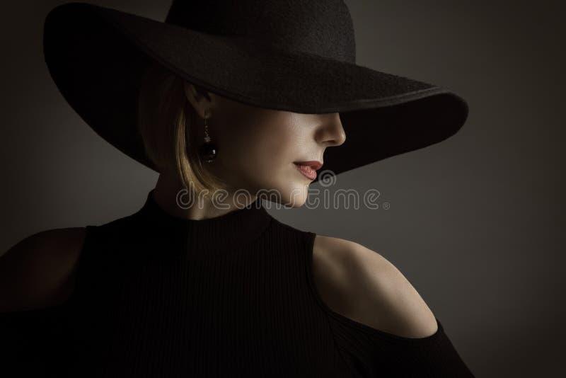 Μαύρο καπέλο γυναικών, πρότυπο κομψό αναδρομικό πορτρέτο ομορφιάς μόδας στοκ εικόνες με δικαίωμα ελεύθερης χρήσης
