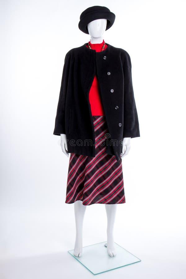 Μαύρο καπέλο, παλτό και ριγωτή φούστα στοκ εικόνες