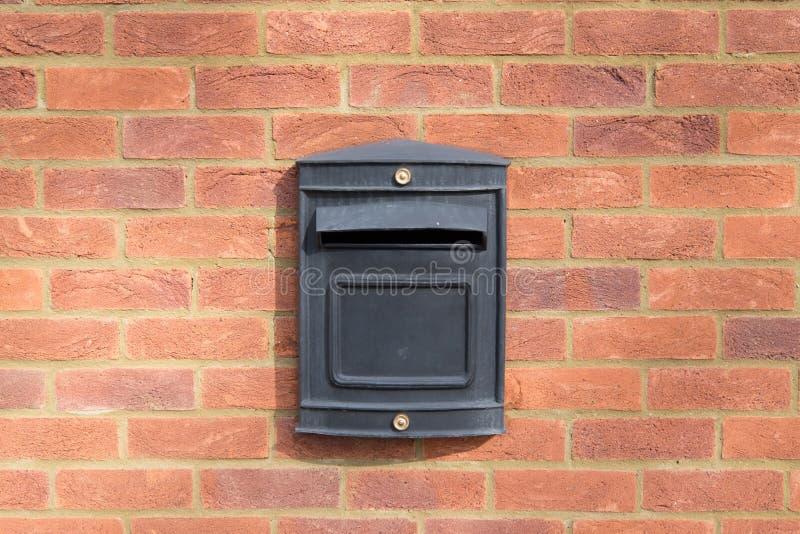 Μαύρο κιβώτιο επιστολών μετάλλων στον τούβλινο τοίχο στοκ φωτογραφία με δικαίωμα ελεύθερης χρήσης