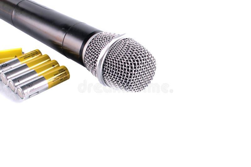 Μαύρο κλασικό μικρόφωνο με τις νέες μπαταρίες που απομονώνονται στο άσπρο υπόβαθρο στοκ εικόνα με δικαίωμα ελεύθερης χρήσης