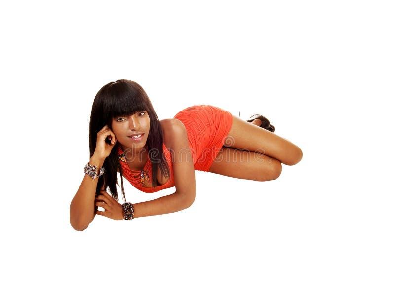 Μαύρο κορίτσι που βρίσκεται στο πάτωμα. στοκ φωτογραφίες