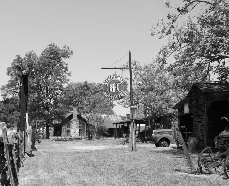 μαύρο λευκό σταθμών αερίου αγροτικό στοκ εικόνα με δικαίωμα ελεύθερης χρήσης