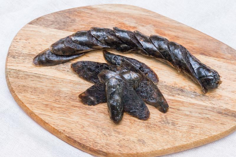 Μαύρο λουκάνικο κοτόπουλου στον πίνακα πιάτων στοκ φωτογραφία με δικαίωμα ελεύθερης χρήσης