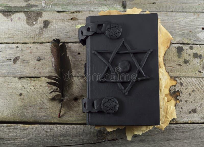 Μαύρο μαγικό βιβλίο στις σανίδες 1 στοκ φωτογραφίες