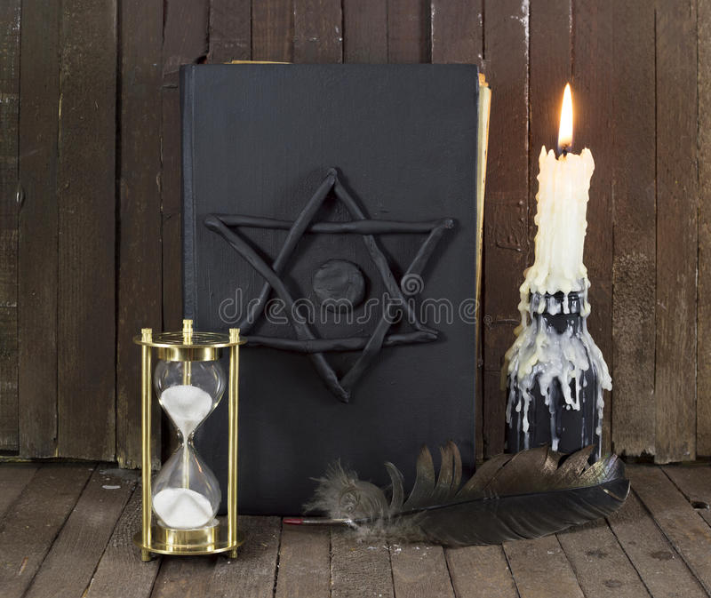 Μαύρο μαγικό βιβλίο στοκ φωτογραφία