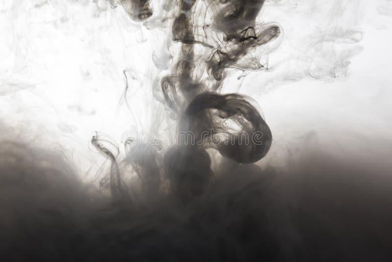 Μαύρο μελάνι στο αφηρημένο υπόβαθρο νερού στοκ φωτογραφία με δικαίωμα ελεύθερης χρήσης