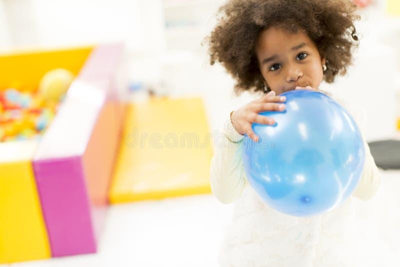 Μαύρο μικρό κορίτσι με ένα μπαλόνι στοκ φωτογραφίες με δικαίωμα ελεύθερης χρήσης