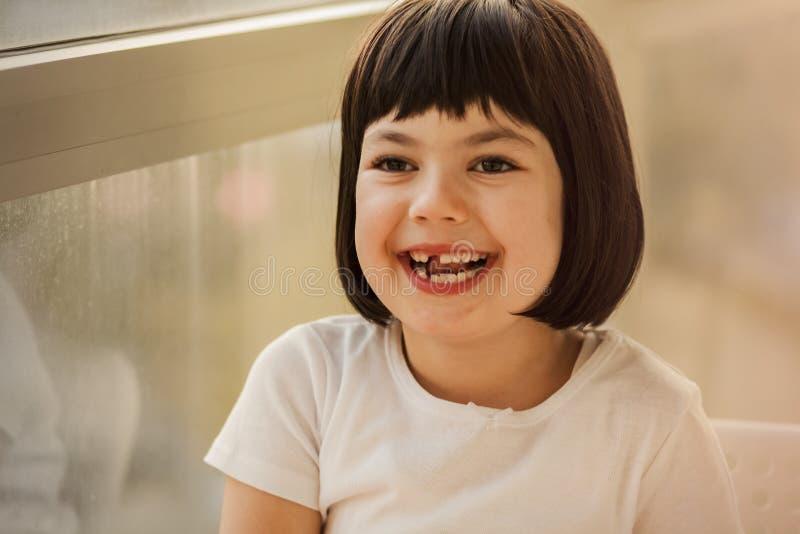 Μαύρο μικρό κορίτσι τρίχας στοκ φωτογραφία με δικαίωμα ελεύθερης χρήσης