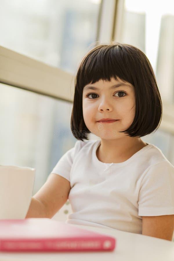 Μαύρο μικρό κορίτσι τρίχας στοκ φωτογραφίες με δικαίωμα ελεύθερης χρήσης