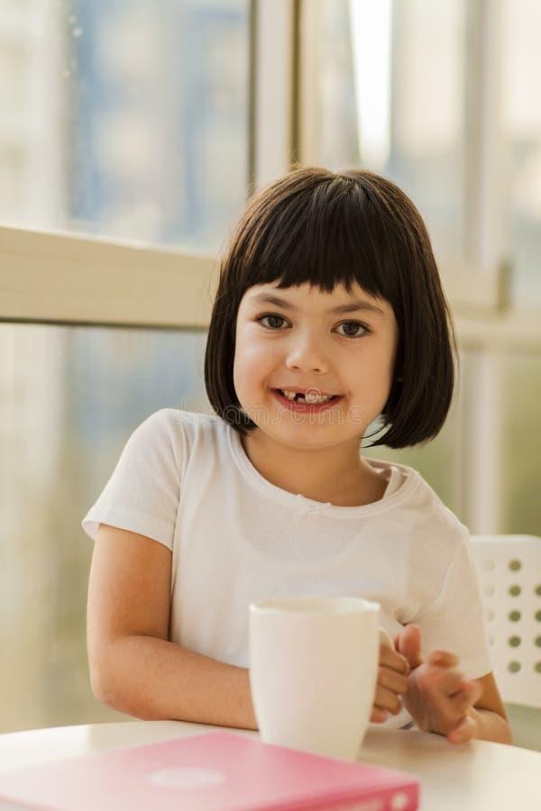 Μαύρο μικρό κορίτσι τρίχας στοκ εικόνα με δικαίωμα ελεύθερης χρήσης