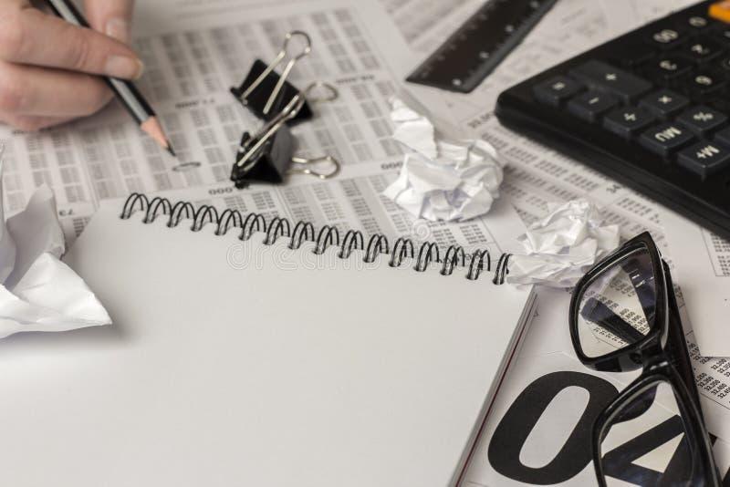 Μαύρο μολύβι υπό εξέταση, προμήθειες γραφείων στοκ εικόνες