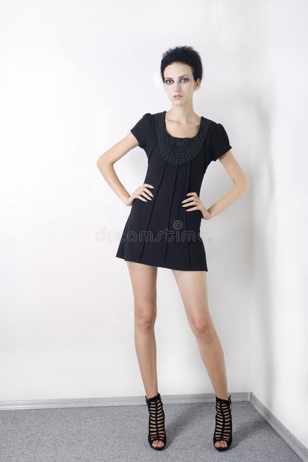 μαύρο μοντέλο μόδας φορεμά& στοκ φωτογραφία με δικαίωμα ελεύθερης χρήσης