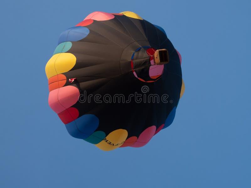 Μαύρο μπαλόνι ζεστού αέρα με το ροζ, το κόκκινο, το πορτοκάλι, κίτρινος, μπλε και το Γ στοκ εικόνες