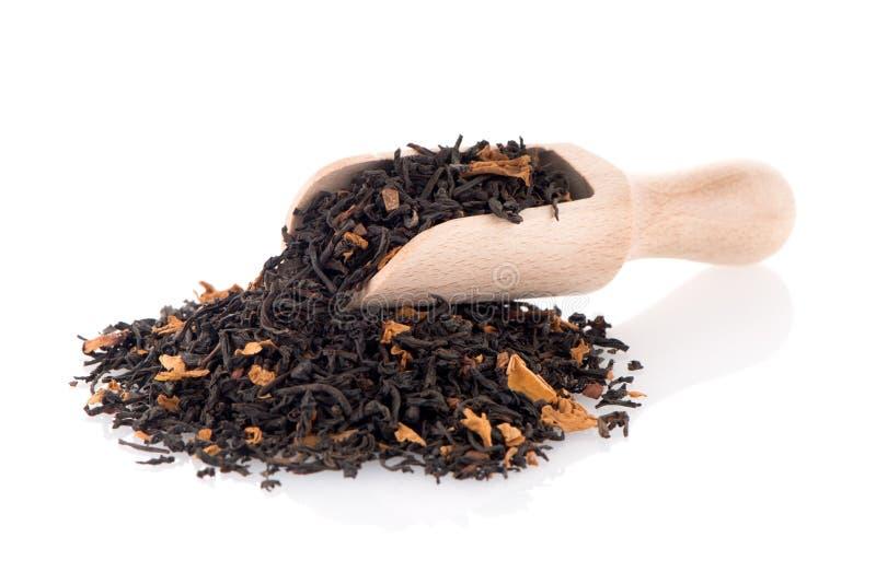Μαύρο ξηρό τσάι με ένα ξύλινο κουτάλι στοκ φωτογραφία με δικαίωμα ελεύθερης χρήσης