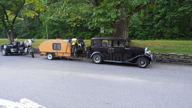 Μαύρο παλαιό αυτοκίνητο με το τροχόσπιτο στοκ φωτογραφίες